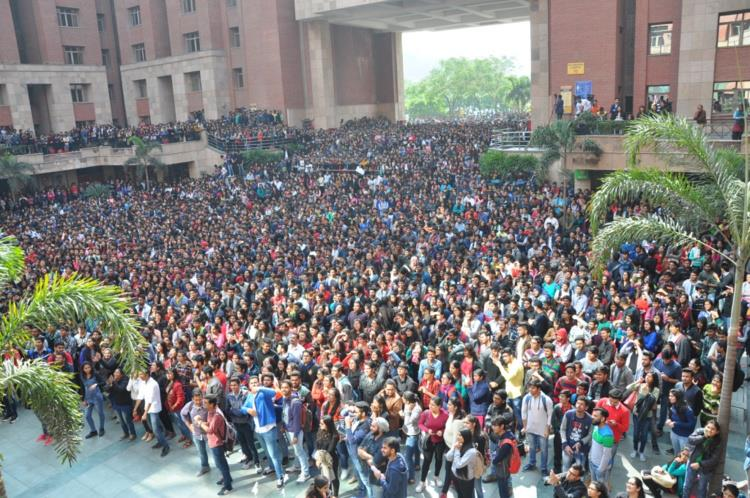 A crowd of students gathered at Amity University to watch Akshay Kumar and Huma Qureshi