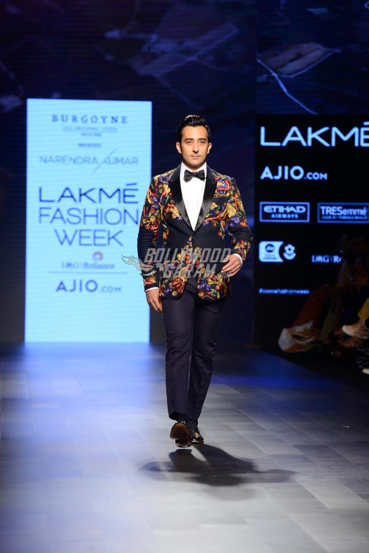 Rahul Khanna walks the ramp for Narendra Kumar at LFW Summer/Resort 2017
