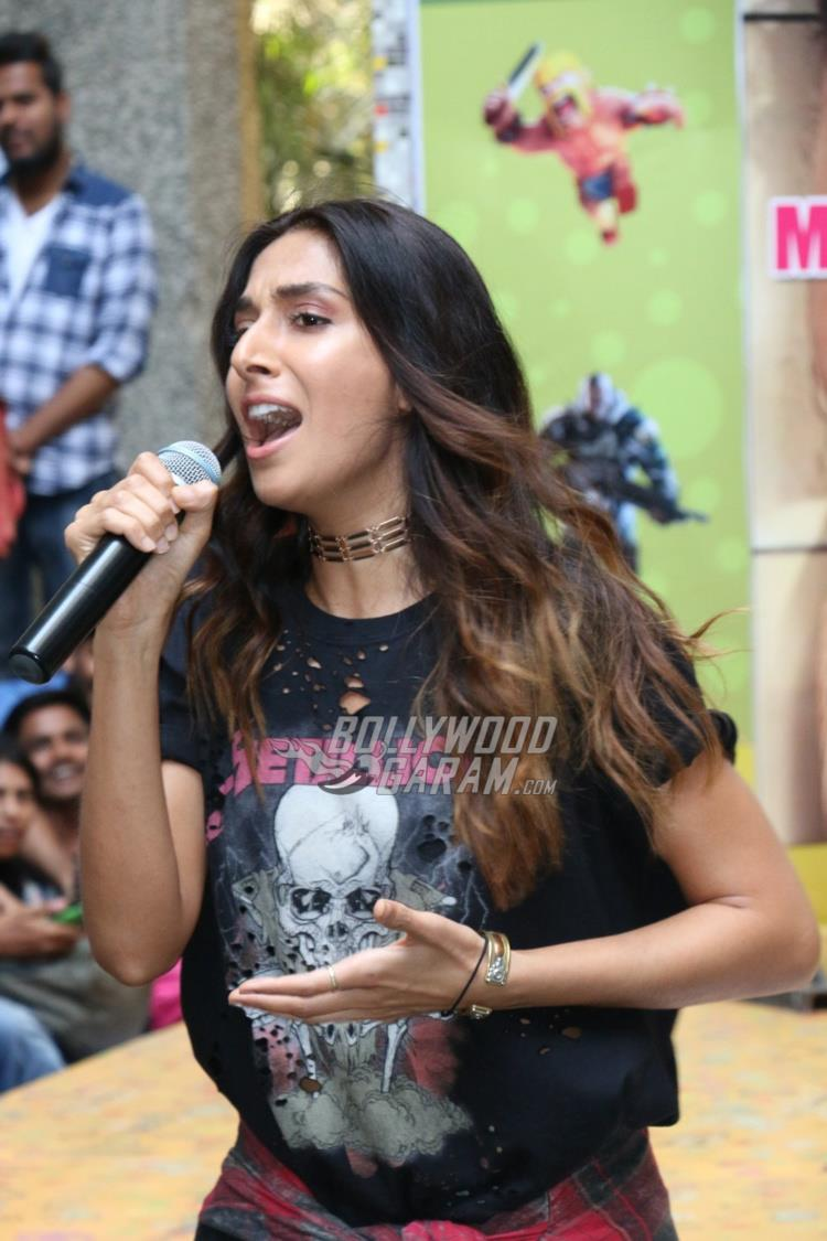 Monica Dogra croons at College Fest