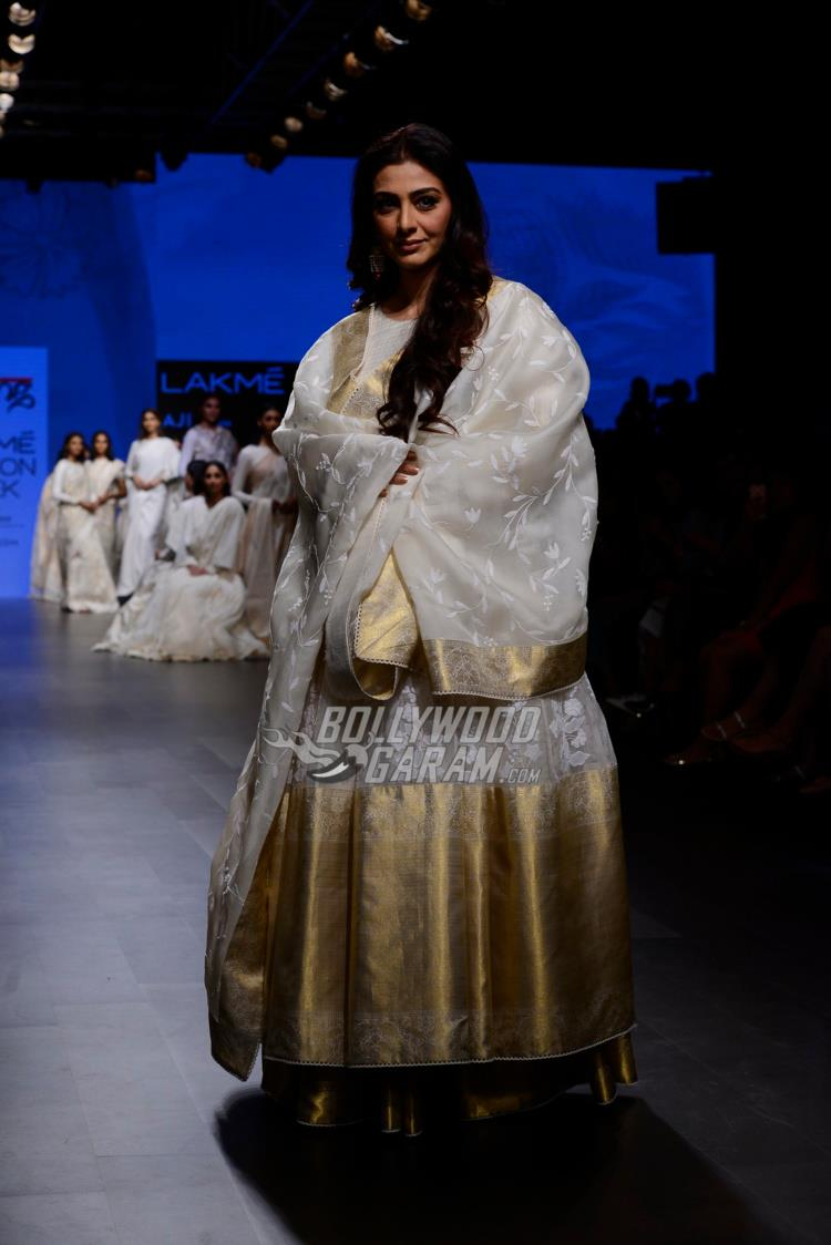 Tabu turns showstopper for Gaurang Shah at LFW Summer/Resort 2017