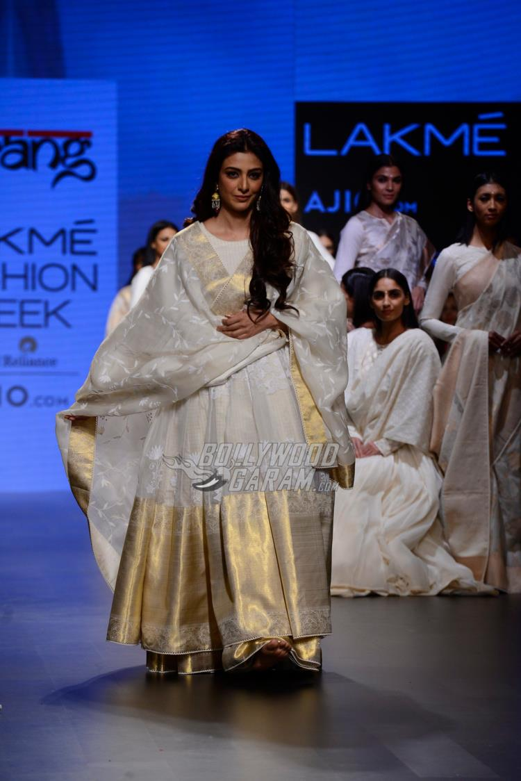 Tabu walks the ramp for Gaurang Shah at LFW Summer/Resort 2017