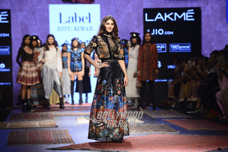Vaani-Kapoor-Lakme-Fashion-Week-2017-14
