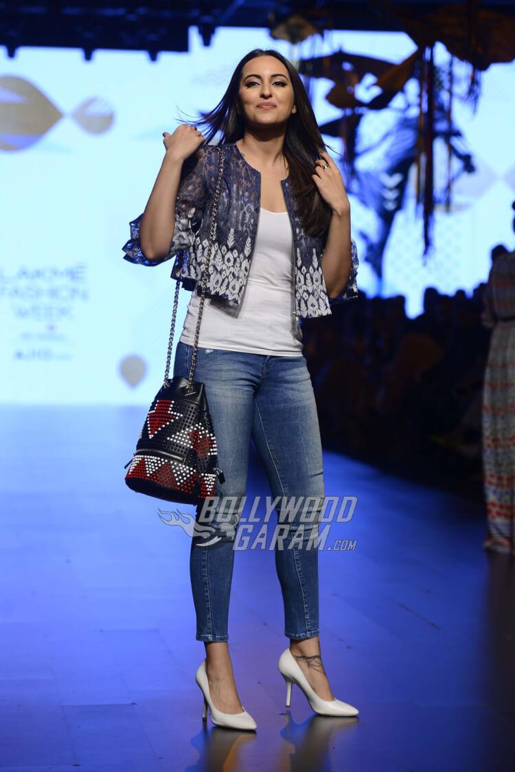 sonakshi-sinha-Amit-Aggarwal-Lakme-Fashion-Week-20171