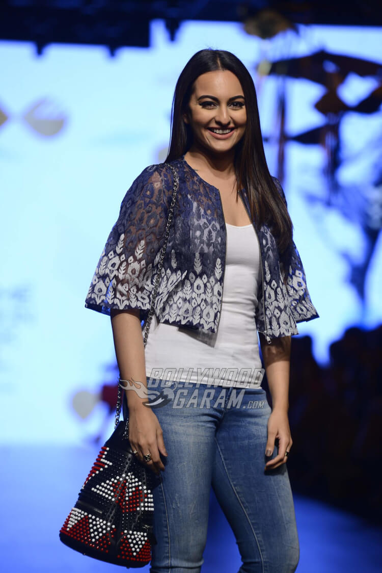 sonakshi-sinha-Amit-Aggarwal-Lakme-Fashion-Week-201711