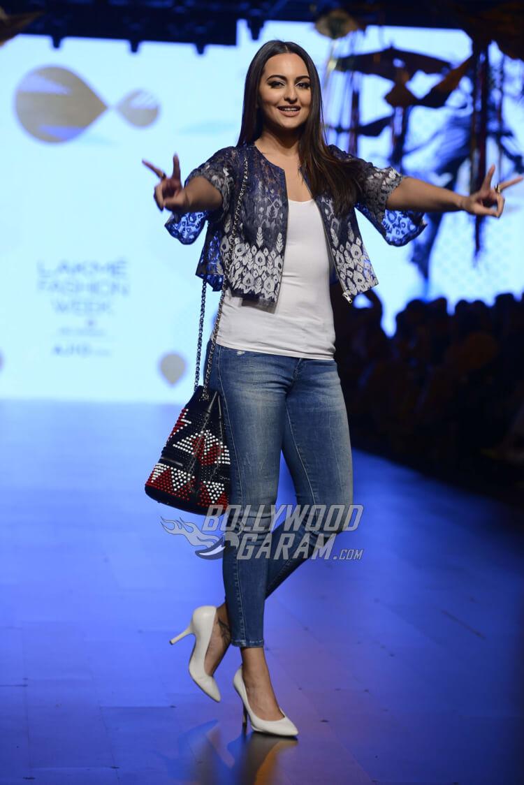 sonakshi-sinha-Amit-Aggarwal-Lakme-Fashion-Week-201717