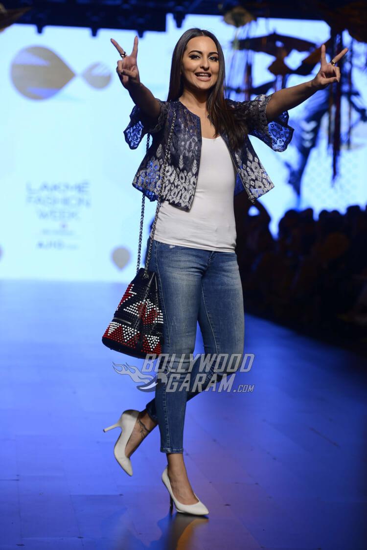 sonakshi-sinha-Amit-Aggarwal-Lakme-Fashion-Week-201718