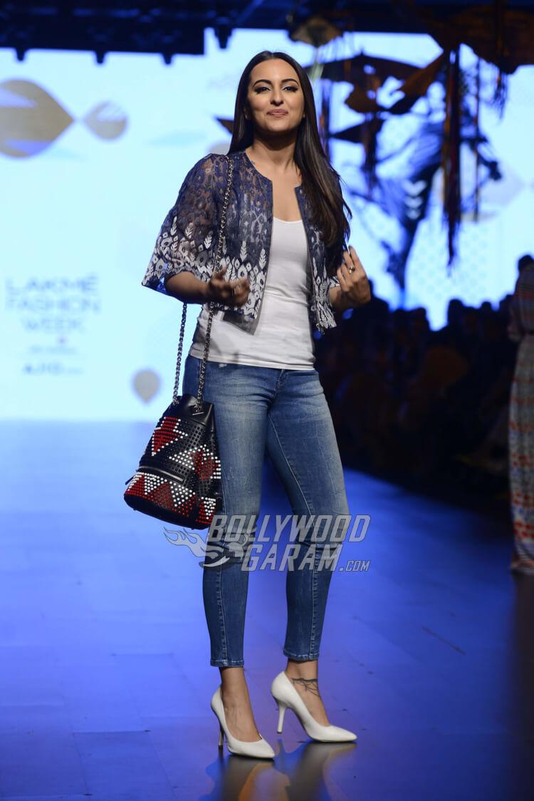 sonakshi-sinha-Amit-Aggarwal-Lakme-Fashion-Week-20172