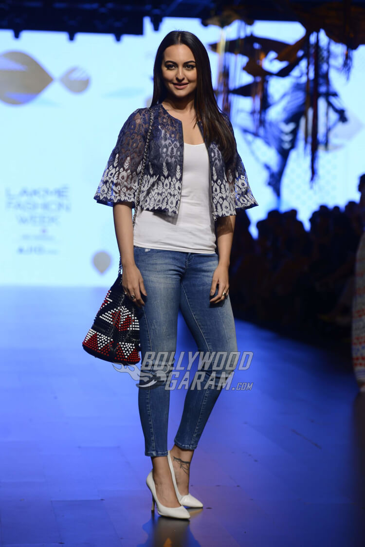 sonakshi-sinha-Amit-Aggarwal-Lakme-Fashion-Week-20176