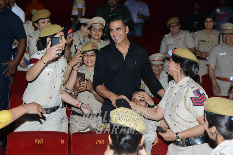 Akshay Kumar obliges selfies with policewomen of Delhi Police at Naam Shabana premiere