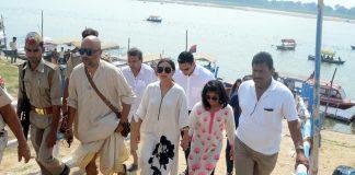 Rani Mukherjee immerses father Ram Mukherjee's ashes at Allahabad – Photos