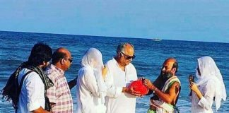 Boney Kapoor, Janhvi Kapoor and Khushi Kapoor immerse ashes of Sridevi in Rameswaram