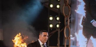 Akshay Kumar irks wife Twinkle Khanna by setting himself on fire